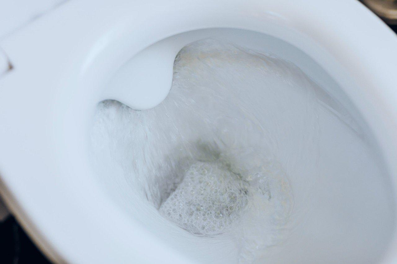 zatkana toaleta