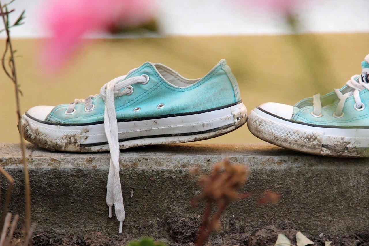Czy można prać buty w pralce? Jak najlepiej prać buty w pralce, żeby ich nie uszkodzić? Pranie butów w pralce wymaga odpowiedniego przygotowania.